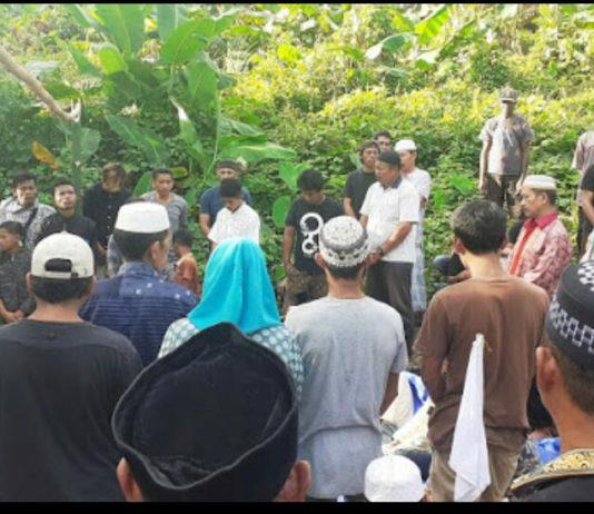 Suasana pemakaman almarhumah Musdalifah di Pekuburan Umum Islam Bintuni, belum lama ini. Foto:IST