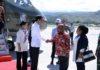 Presiden RI, Jokowi Dodo saat disambut oleh Gubernur Papua, Lukas Enembe di Papua.