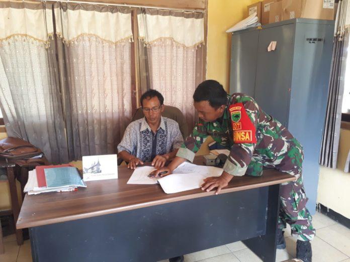 Babinsa Masni Gelar Lakukan Pengumpulan Data Teritorial di Kantor Distrik