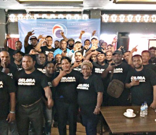 Ketua DPW Partai Gelora Indonesia Papua Dr. Muhammad Yamin Noch,SE,M.SA ketika memberikan mandat kepada Korwil La Pago DPW Gelora Indonesia Papua, Ones Heluka,SSos di salah satu hotel di Jayapura kemarin.